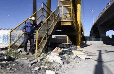 En la omisión. Los pasos peatonales que conectan a las colonias Las Julietas y Las Dalias en Torreón se encuentran en malas condiciones y sin mantenimiento.
