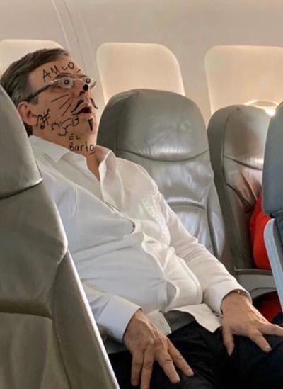 Marcelo Ebrard desata ola de memes al dormir en avión