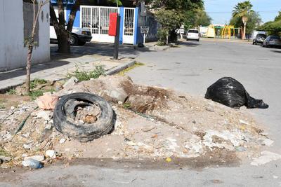 En la calle. Llantas, tierra, ramas y todo tipo de basura dejan en terrenos baldíos o en las calles, afuera de los domicilios, pues las personas aseguran que no hay control de las personas que trasladan los desechos.