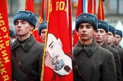El desfile del 7 de noviembre de 1941 vio como los soldados del Ejército Rojo marchaban directamente al frente de la Batalla de Moscú, convirtiéndose en un símbolo de valor y tenacidad frente a unas posibilidades francamente escasas.