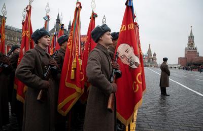 Soldados rusos ataviados con uniformes de la SGM marcharon.