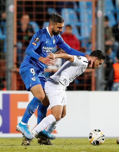 Con 'Chicharito en la banca, Sevilla golea a Dudelange