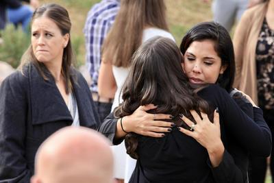 as madres y sus hijos recibieron disparos desde una zona alta, y en el caso de la hija de Adrián LeBarón y sus cuatro hijos, después de asesinarlos sus atacantes movieron la camioneta, le rociaron gasolina y prendieron fuego con los cuerpos adentro.