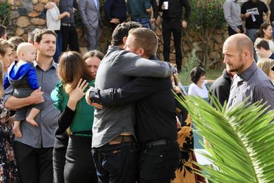 """""""Somos mexicanos aquí invertimos nuestro dinero"""", expresa mientras se observa a su familia directa compuesta por más de 100 adultos y niños que se organizan en la casa de su hija fallecida en el tiroteo."""