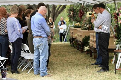 Antes de iniciada la ceremonia llegó la gobernadora de Sonora, Claudia Pavlovich, quien se trasladó en helicóptero y estuvo reunida a puerta cerrada con los familiares.