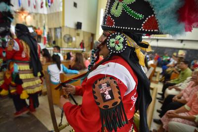 De tradición. Portando sus franelas rojas, así como sus penachos adornados con diversas figuras elaboradas, principalmente de lentejuelas, los matachines se hicieron presentes un año después en su tradicional peregrinación.