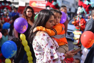 En familia. Trabajadores del ferrocarril, así como familias completas, acudieron a esta primera peregrinación rumbo a la iglesia de Guadalupe.