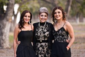08112019 MUY GUAPAS.  Martha con sus hijas Martha y Karla.