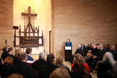 La canciller alemana, Angela Merkel, dijo este sábado, fecha en que se conmemora el treinta aniversario de la caída del Muro de Berlín, que ningún muro es tan alto o tan ancho que no se pueda atravesar y recordó a los muertos por la dictadura del régimen que lo levantó.