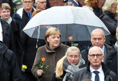 Demasiada gente fue víctima de la dictadura del SED (siglas en alemán del Partido Socialista Unificado de Alemania, el gobernante en la extinta República Democrática Alemana), declaró Merkel en un acto en la capital alemana.