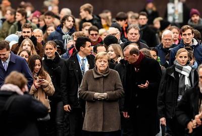 El 9 de noviembre, en el que se reflejan de manera especial momentos tanto trágicos como de felices, nos recuerda que tenemos que rechazar de manera decidida el odio, el racismo y el antisemitismo, insistió.