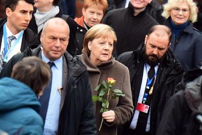 Líderes de Alemania y otras naciones europeas asisten a los actos programados durante el día en la ciudad para recordar las protestas pacíficas que presionaron al gobierno de Alemania Oriental para que permitiera el libre paso de sus ciudadanos al oeste del país el 9 de noviembre de 1989.