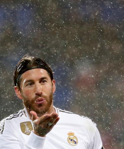 Un goleador Real Madrid vence a Eibar y arrebata liderato a Barcelona