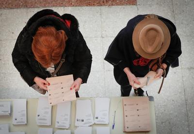 Españoles acuden a las urnas.