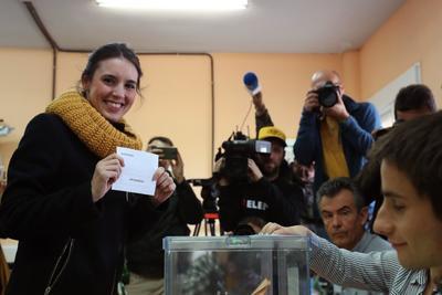 La dirigente de Unidas Podemos, Irene Montero, deposita su voto.