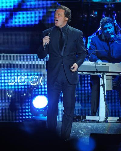 Luis Miguel se presentó el 4 de abril de 2011 en el Estadio Corona ante cerca de 17 mil laguneros. Con Te propongo esta noche arrancó la velada. Luego continuó con Suave, de su disco Aries, y Con tus besos, de su placa 33.