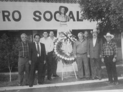 Líderes del Sindicato de Ferrocarriles Nacionales de México, representantes de trabajadores activos y jubilados celebrando un natalicio más de Jesús García Corona. Foto tomada el 7 de noviembre de 1999.
