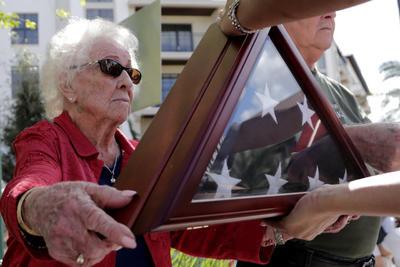 Ciudadanos norteamericanos honran a los veteranos.