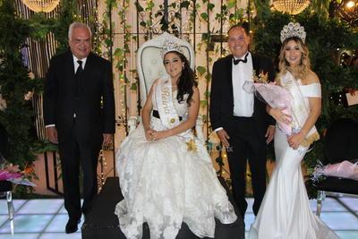 Sofía fue coronada por David Lanzarín Roldán, presidente del Consejo de Directores del Club Campestre de Durango y el Arq. Adrián Alanís Quiñones, secretario general de Gobierno.