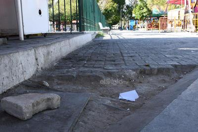 Lastimada. Son diversas las áreas de la Alameda que lucen sin los característicos adoquines de la plaza, mismos que sobre la banqueta de la calle González Ortega fueron retirados.