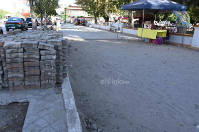 Un trabajo sin fin. Los trabajos en la banqueta de la avenida Allende se han extendido durante meses. A un costado lucen los adoquines, mientras por donde deberían caminar los paseantes solo hay arena.