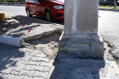 Dañadas. La mayoría de las ocho columnas de cantera ubicadas en cada una de las cuatro esquinas de la tradicional Alameda Zaragoza presentan daños materiales. Las columnas de cantera datan del año 1914.