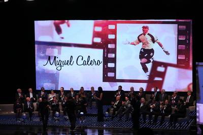 Uno de los momentos más emotivos de la noche se dio cuando el colombiano naturalizado mexicano, Miguel Calero, fue investido, a casi siete años de su fallecimiento.