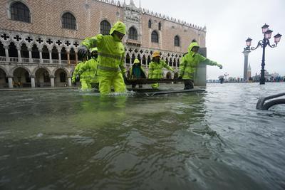 El fenómeno del agua alta en Venecia, la subida de las mareas, alcanzó a las 22:50 (20:50 GMT) de ayer martes los 187 centímetros tras el récord de 194 centímetros que se alcanzó en la inundación de 1966, pero esta vez acompañado con vientos de hasta 100 kilómetros por hora.