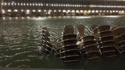 Las sirenas que anuncian las subidas de la marea sonaron hasta tres veces durante la noche .