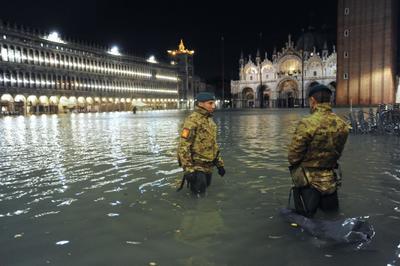 También se ha producido una víctima, un hombre de 78 años que se electrocutó en la isla de Pellestrina, al sur de Venecia debido a un cortocircuito cuando intentaba bombear el agua de su casa.