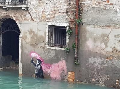 Una de las imágenes de la difícil situación en la que se encuentran los residentes es la del agua que sale a borbotones desde las tomas de corriente de las casas, lo que impide el uso de aparatos para bombear.