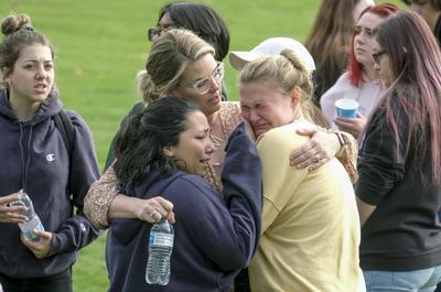 Estudiantes y afectados fueron custodiados a un lugar seguro.