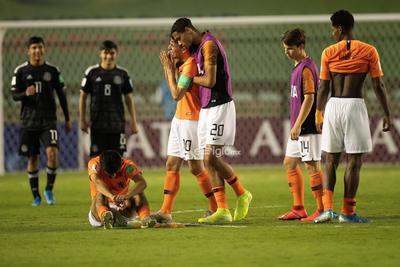 México - Paises Bajos   AME4804. BRASILIA (BRASIL), 14/11/2019.- Jugadores de Países Bajos se lamentan este jueves tras perder en la serie de penaltis en un partido de las semifinales de la Copa Mundial Sub-17 entre México y Países Bajos en el estadio Bezerrao en la ciudad de Gama, cerca a Brasilia (Brasil). EFE/Joédson Alves  DEP Fútbol Brasilia BRASILIA BRASIL FÚTBOL MUNDIAL SUB17 Brasil