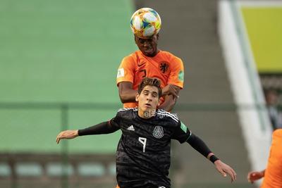 México - Paises Bajos   AME4761. BRASILIA (BRASIL), 14/11/2019.- El jugador México Santiago Muñoz (abajo) disputa un balón con Melayro Bogarde de Países Bajos este jueves en el partido de las semifinales de la Copa Mundial Sub-17 entre México y Países Bajos en el estadio Bezerrao en la ciudad de Gama, cerca a Brasilia (Brasil). EFE/Joédson Alves  DEP Fútbol Brasilia BRASILIA BRASIL FÚTBOL MUNDIAL SUB17 Brasil