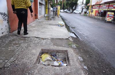 Deficientes. Es para los peatones todo un riesgo circular por esta vialidad, con un registro en malas condiciones y con acumulación de basura.