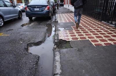 Charcos. Con la reciente caída de lluvia, seformaron un buen número de charcos en cada una de las zanjas del sector.