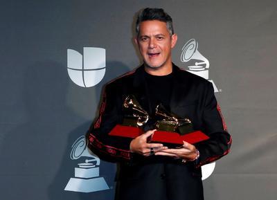 También con tres premios se situó su compatriota Alejandro Sanz, que se anotó los Latin Grammy a Grabación del año y Mejor canción pop por Mi persona favorita (con Camila Cabello), y también el de Mejor vídeo musical versión larga por Lo que fui es lo que soy.