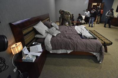 El recorrido prosiguió con el dormitorio que utilizaba Evo Morales, con una cama de madera adornada con motivos indígenas.