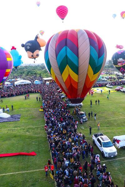 El Festival del Globo es una oportunidad para que las 500,000 personas que asisten al Parque Metropolitano de León aprecien el cielo abarrotado de aerostatos.