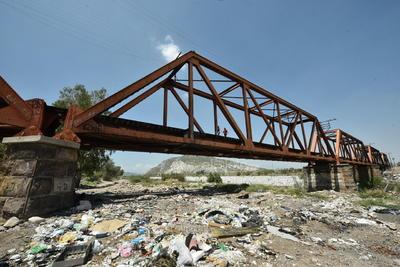 Históricos. El primero de los puentes, el Puente Negro, sigue en pie y pese a que por ahí circula el ferrocarril, algunas personas lo utilizan todos los días a pie para poder realizar sus actividades diarias.