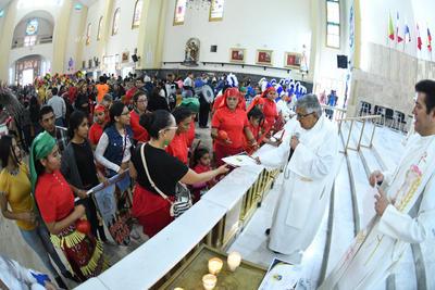 El sacerdote les fue entregado el certificado a los fieles.