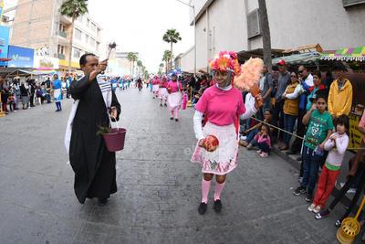 A su paso por la Avenida Juárez recibieron agua bendita.