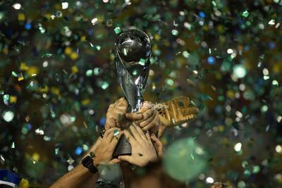 Final: México vs. Brasil   AME6218. GAMA (BRASIL), 17/11/2019.- Jugadores brasileños levantan la copa del Mundial de Fútbol sub'17luego de vencer en la final a México este domingo, en el estadio Bezerrao de la ciudad Gama (Brasil). EFE/ Joedson Alves   Brasil brasilia copa deportes fifa futbol mexico mundial  DEP Fútbol Brasilia Gama Brasil brasilia copa deportes fifa futbol mexico mundial BRASIL FÚTBOL MUNDIAL SUB17
