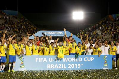 Final: México vs. Brasil   AME6218. GAMA (BRASIL), 17/11/2019.- Jugadores brasileños celebran luego de ganar la Copa del Mundial de Fútbol sub'17 de la FIFA tras vencer en la final a México este domingo, en el estadio Bezerrao de la ciudad Gama (Brasil). EFE/ Andre Coelho   Brasil brasilia copa deportes fifa futbol mexico mundial  DEP Fútbol Brasilia Gama Brasil brasilia copa deportes fifa futbol mexico mundial BRASIL FÚTBOL MUNDIAL SUB17
