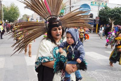 De generaciones. Menores de edad en brazos, niños, jóvenes, adultos y personas de la tercera edad acudieron al tradicional recorrido de la avenida Juárez hacia la iglesia, a pesar del clima fresco que se ha registrado en las mañanas.