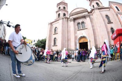 Recorren. El trayecto inició desde la Alameda de Zaragoza hasta la Parroquia de la Virgen de Guadalupe. Participaron decenas de danzas que acudieron a ser bendecidas, rodeados de cientos de personas que los acompañaron.