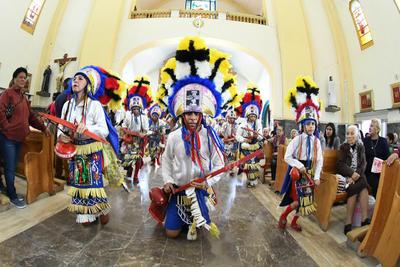 Veneran. Los danzantes devotos a la Virgen de Guadalupe se reúnen desde meses antes para ensayar los pasos y demostrar su fe y convicción hacia ella.