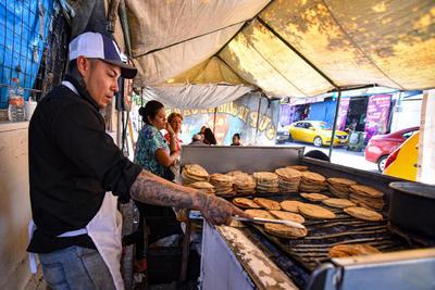 Forman su historia. En el mercado y a las afueras del mismo, las personas han ido formando su historia. Tal es el caso de Antonio Vázquez, quien lleva 14 años en su puesto Super Gordas Tony, donde los laguneros acuden a comer.