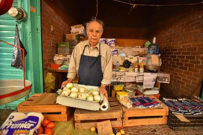 Emblemáticos. Otros personajes como Jesús Roberto Ramírez, con 62 años en la Alianza, son parte de la esencia del mercado. Con distintos productos entre los que se pueden encontrar verduras, aguas frescas, papel higiénico, entre otras cosas continúan con su esfuerzo para subsistir y fomentar al desarrollo económico de la ciudad.