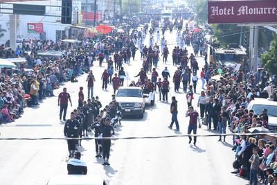 Extenso desfile. La ciudadanía gomezpalatina disfrutó de uno de los desfiles más largos, pues tuvo una duración de cuatro horas con 20 minutos.